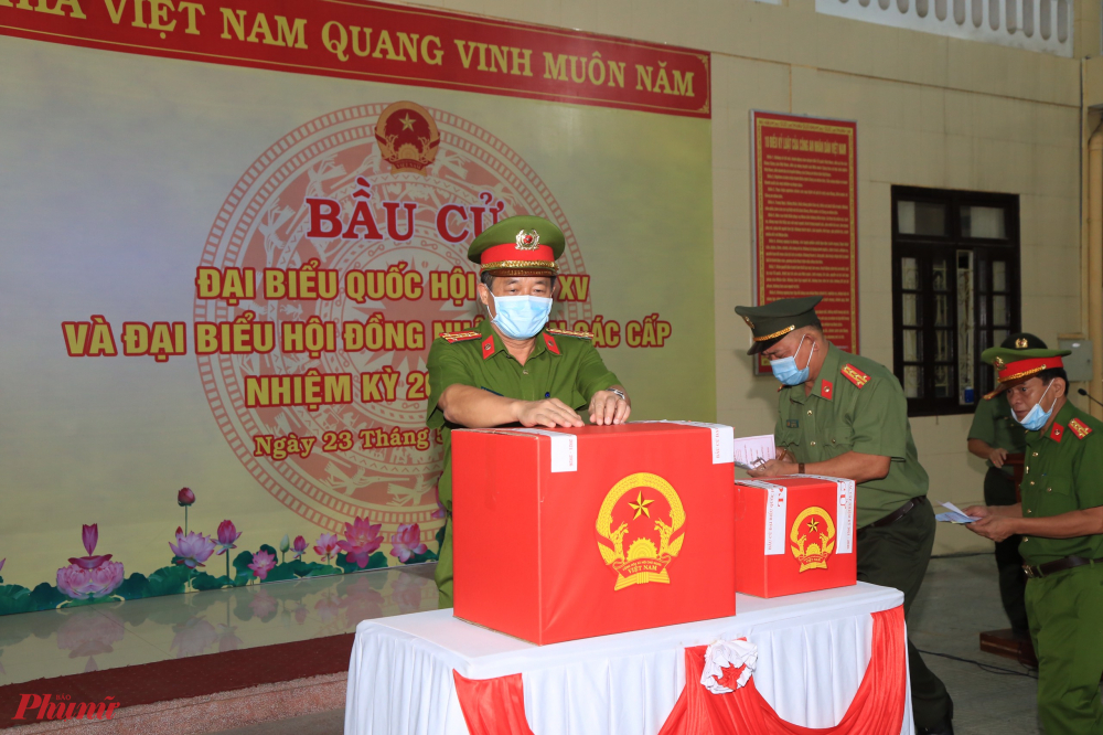 Lực lượng công an  tỉnh Thừa Thiên - Huế  tahm gia bầu cử Hội đồng nhân dân các cấp ngay tại đơn vị mình