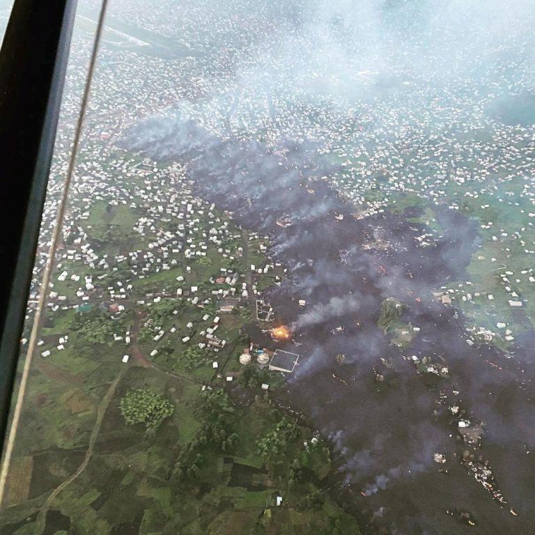 Hình ảnh từ máy bay cho thấy đường đi chết chóc của dòng dung nham - Ảnh: Reuters