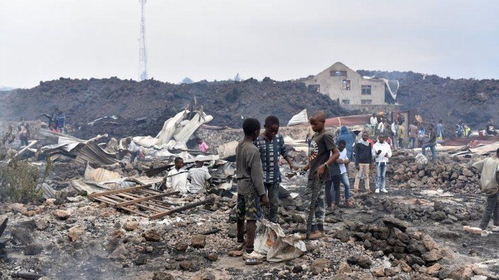 Người dân địa phương trở lại Goma, trước mặt họ là những gì còn sót lại của những ngôi nhà bị san phẳng - Ảnh: Reuters