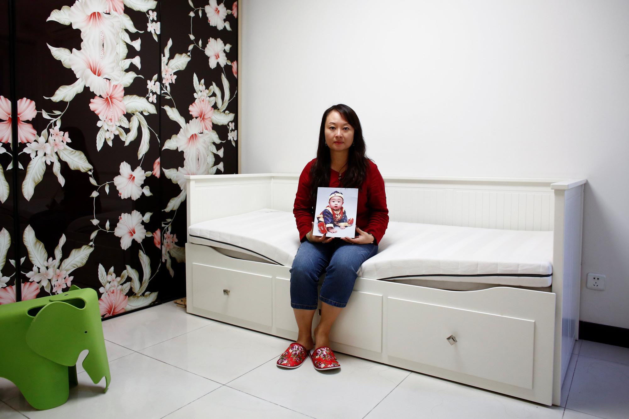 Dai Xiao Lei và bức ảnh của cậu con trai bị bát cóc khi chỉ hơn 1 tuổi