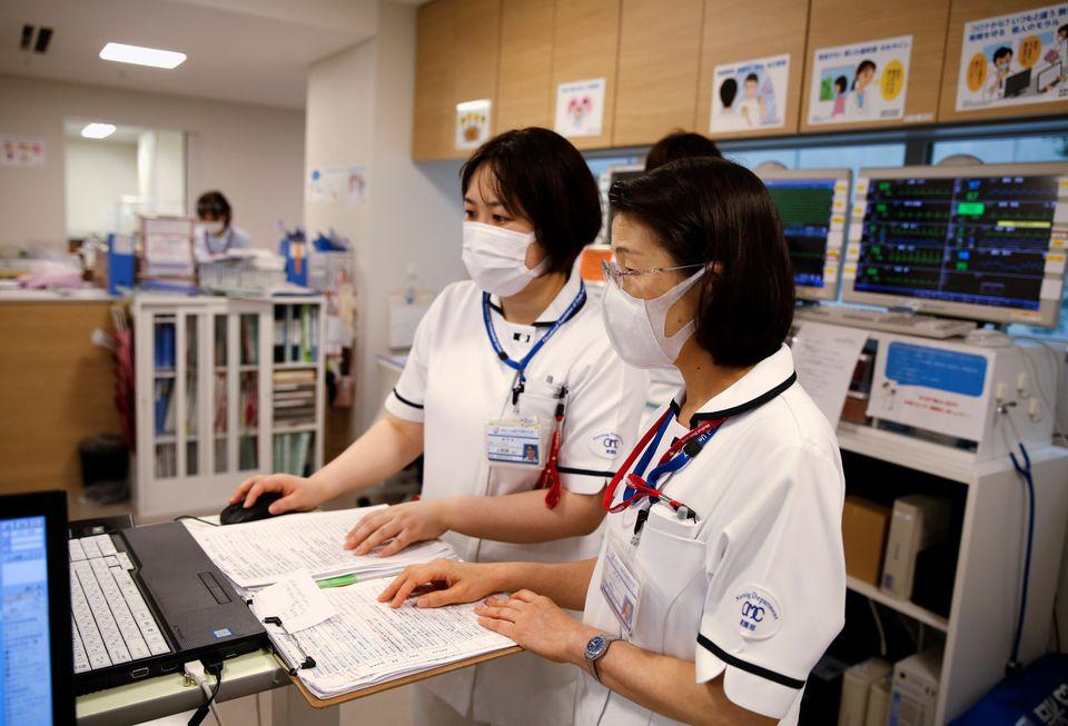 Satsuki Nakayama (phải), giám đốc khoa điều dưỡng tại Bệnh viện Đại học Y dược Osaka, làm việc với đồng nghiệp của cô trong bộ phận điều hành của bệnh viện