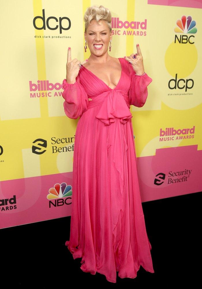 Pink cũng tin dùng sắc hồng trên thảm đỏ Giải thưởng Âm nhạc Billboard 2021. Bộ cánh khá đơn giản với điểm nhấn phần ngực và chiếc nơ to bản.