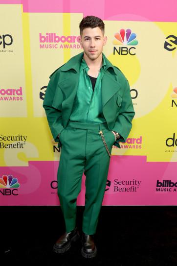 Nick Jonas gây ấn tượng trong bộ trang phục của nhà mốt Fendi. Với sắc xanh lạ mắt và sự đồng điều trong cách phối màu đậm nhạt khác nhau giúp nam ca sĩ nổi bật vẻ điển trai của mình.