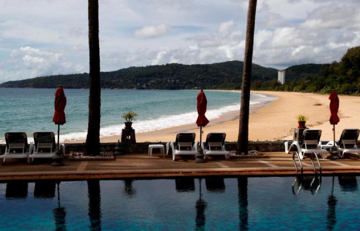 Một khách sạn và bãi biển trống đã mở cửa cho du khách được nhìn thấy ở Karon, Đảo Phuket, ngày 31 tháng 3 năm 2021. (Reuters)