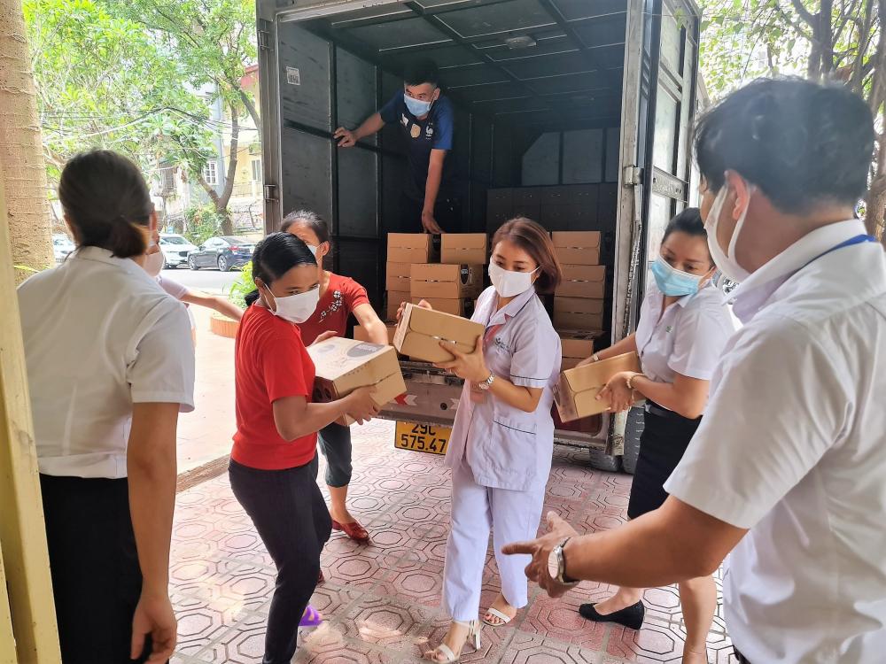 Nhân viên bệnh viện Nhi Trung ương tiếp nhận sản phẩm dinh dưỡng.  Ảnh: Nestlé Việt Nam