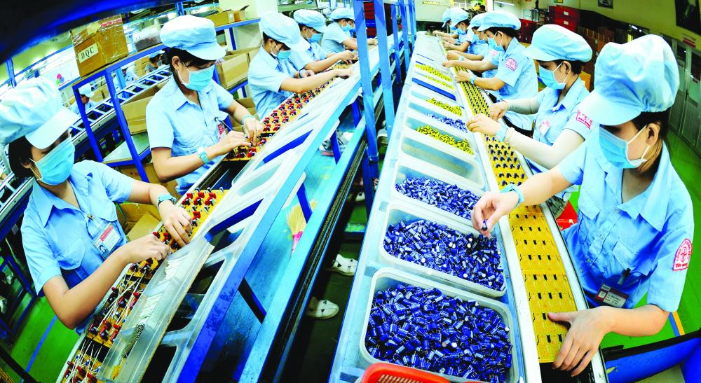 Sản xuất bo mạch điện tử tại Khu công nghệ cao TP.HCM - ẢNH: Q.THANH