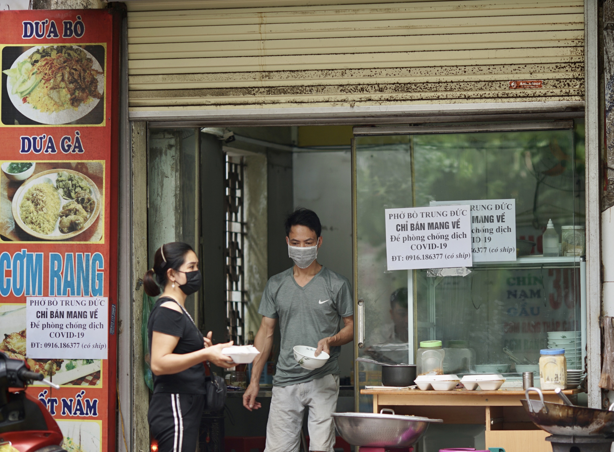 Theo chỉ thị mới nhất của Hà Nội, những quán ăn uống chỉ được bán mang về.