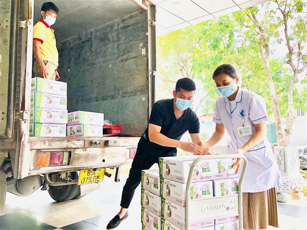 Nhân viên bệnh viện Phụ sản Hà Nội tiếp nhận sản phẩm dinh dưỡng.  Ảnh: Nestlé Việt Nam