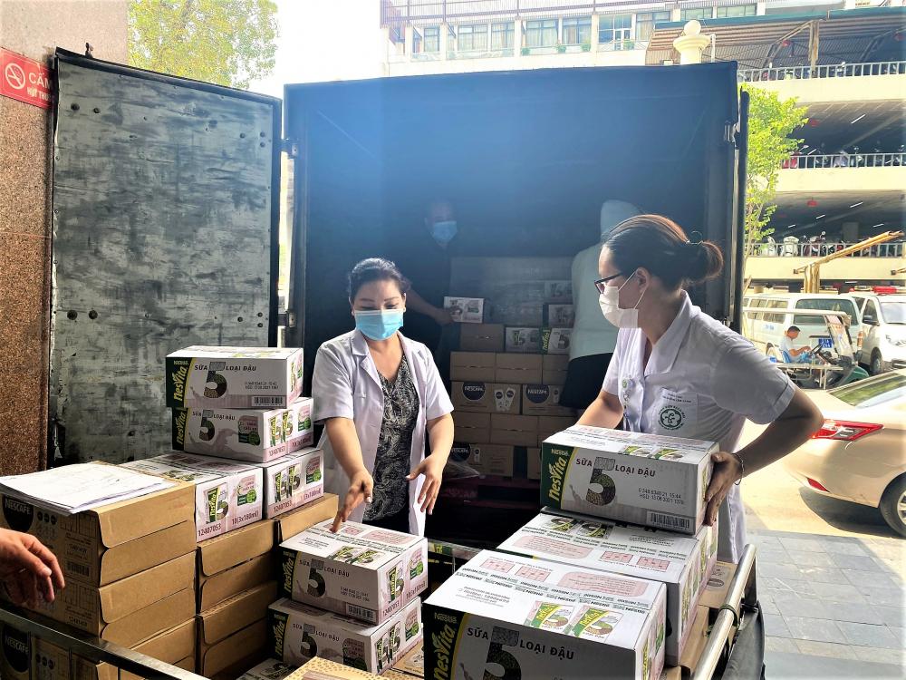 Nhân viên y tế bệnh viện Bạch Mai tiếp nhận sản phẩm dinh dưỡng.  Ảnh: Nestlé Việt Nam