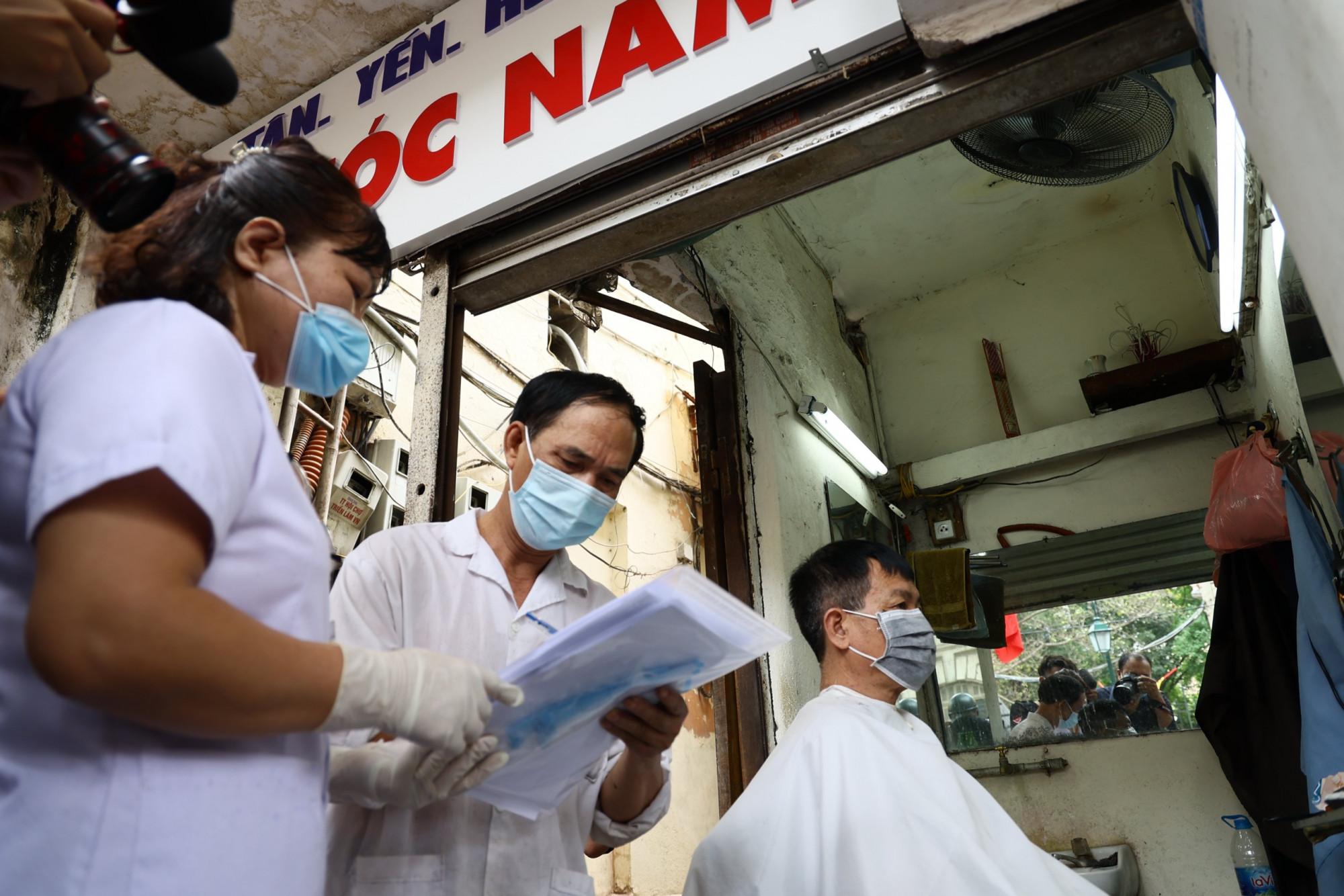 Cũng trong sáng nay, các hàng cắt tóc cũng đông khách vì nhiều người tranh thủ trước khi các cửa hàng này đóng cửa.