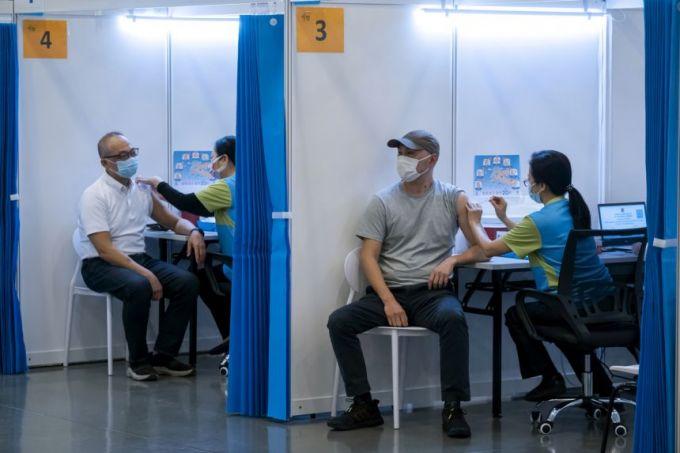 Người dân Hồng Kông ngại tiêm vắc-xin COVIDD-19 khiến chính quyền lo lắng- Ảnh: Reuters