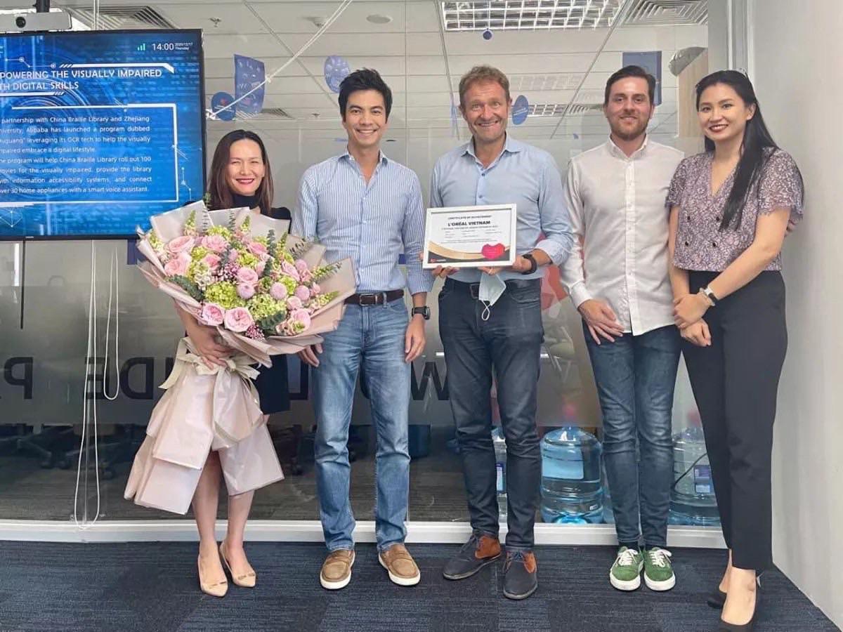 Tổng giám đốc Lazada Việt Nam trao giải thưởng Lazada Brand Awards cho Giám đốc điều hành của tập đoàn L'Oréal, nhằm tôn vinh và tri ân các thương hiệu đối tác đồng hành nổi bật trên LazMall. Ảnh: L'Oréal Việt Nam