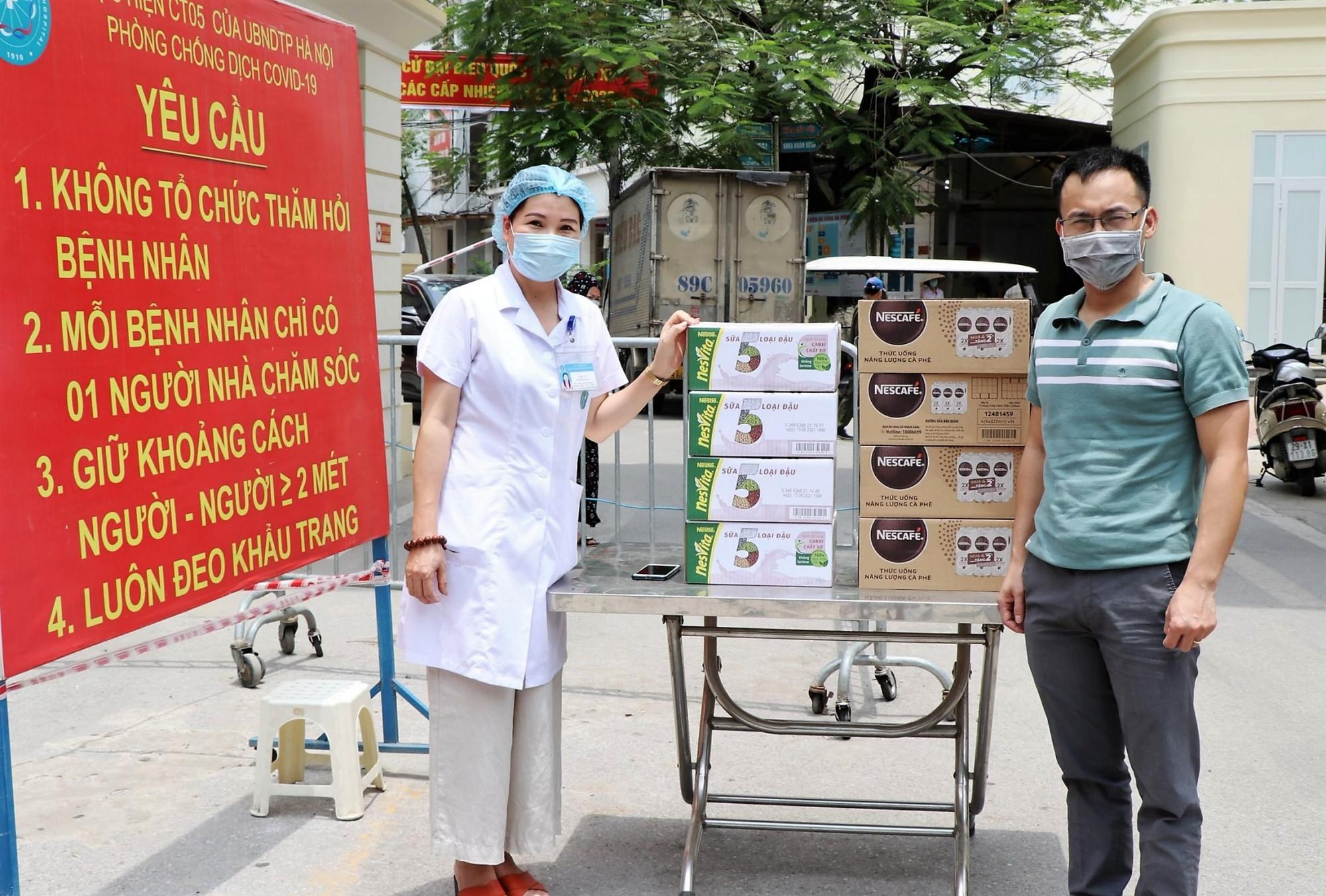 Các phần sản phẩm dinh dưỡng Nescafé Espressoda và Nesvita được chuyển đến bệnh viện Đa khoa Hà Đông. Ảnh: Nestlé Việt Nam