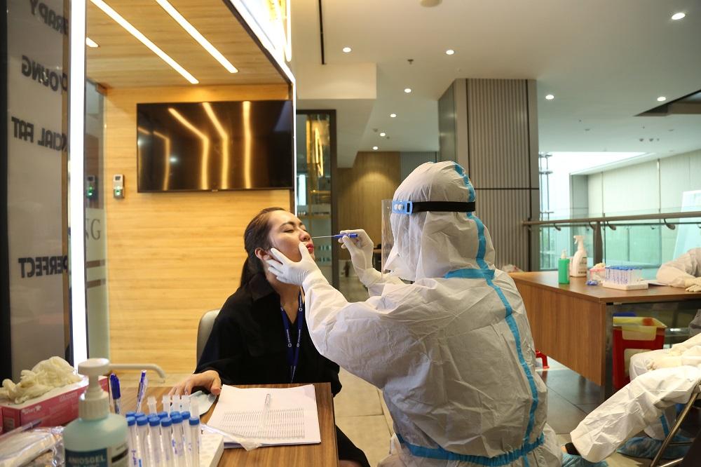 Test nhanh COVID-19 cho toàn bộ cán bộ, nhân viên (CBNV) làm việc tại trụ sở tòa nhà Lim 2 số 62A, Cách Mạng Tháng Tám, Phường 6, Quận 3, TP.HCM. Ảnh: Vietbank
