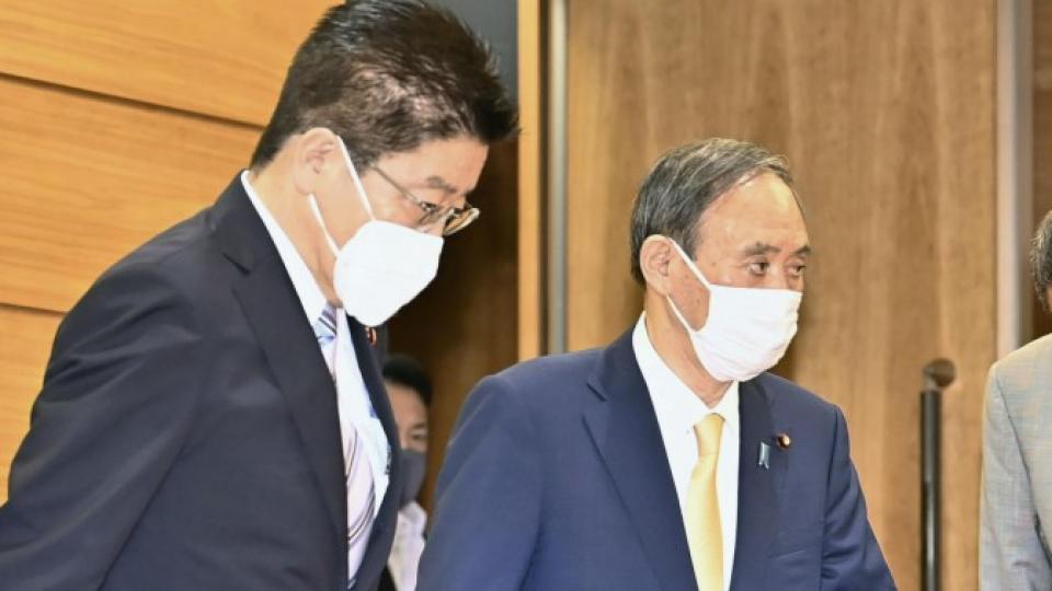 Thủ tướng Nhật Bản Yoshihide Suga (phải) tại cuộc họp Nội các ở Tokyo ngày 25/5 - Ảnh: Kyodo