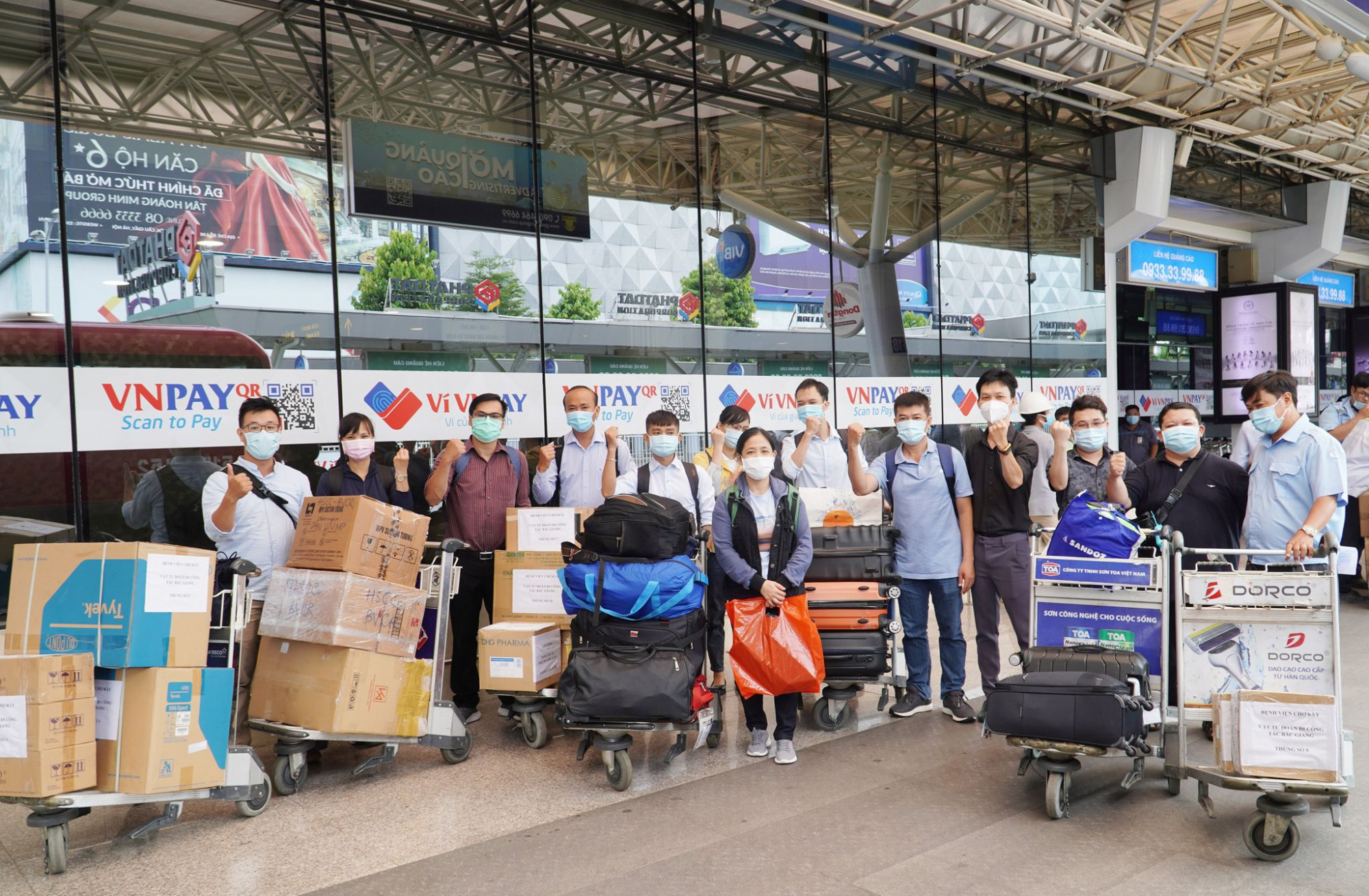Ê kíp gồm 13 thành viên, trong đó có BSCKII Trần Thanh Linh - Phó trưởng khoa Hồi sức Cấp cứu, Bệnh viện Chợ Rẫy cùng 5 bác sĩ khác và 7 điều dưỡng, kỹ thuật viên tại các khoa
