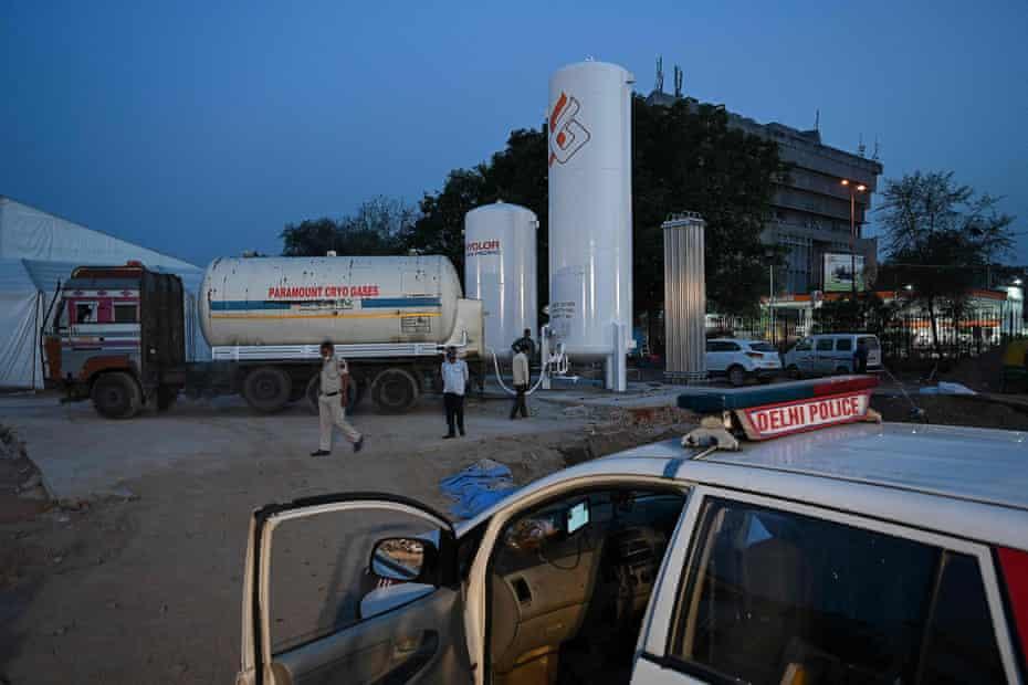 Bình dưỡng khí mới lắp đặt được lấp đầy tại Ramlila Ground ở New Delhi, Ấn Độ