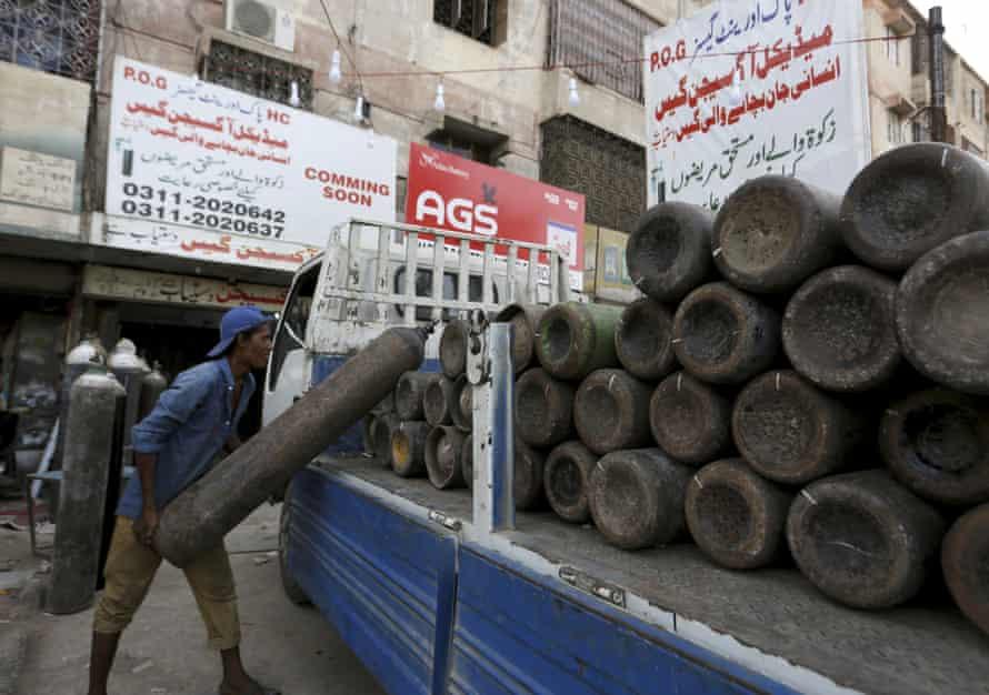 Một chiếc xe tải chở đầy bình oxy để cung cấp cho các bệnh viện tư nhân ở Karachi, Pakistan