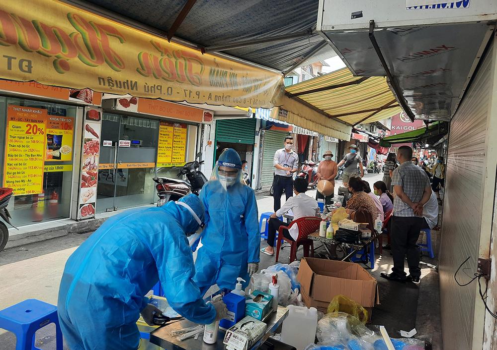 Nhân viên y tế lấy mẫu xét nghiệm tại chợ Phú Nhuận