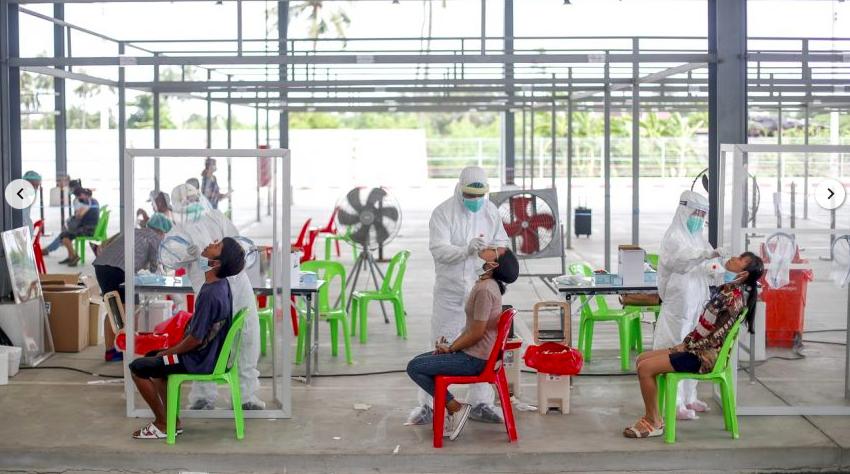 Các quan chức y tế Thái Lan đang thu thập mẫu trong một đợt kiểm tra virus coronavirus tại một bãi đậu xe ở Bangkok