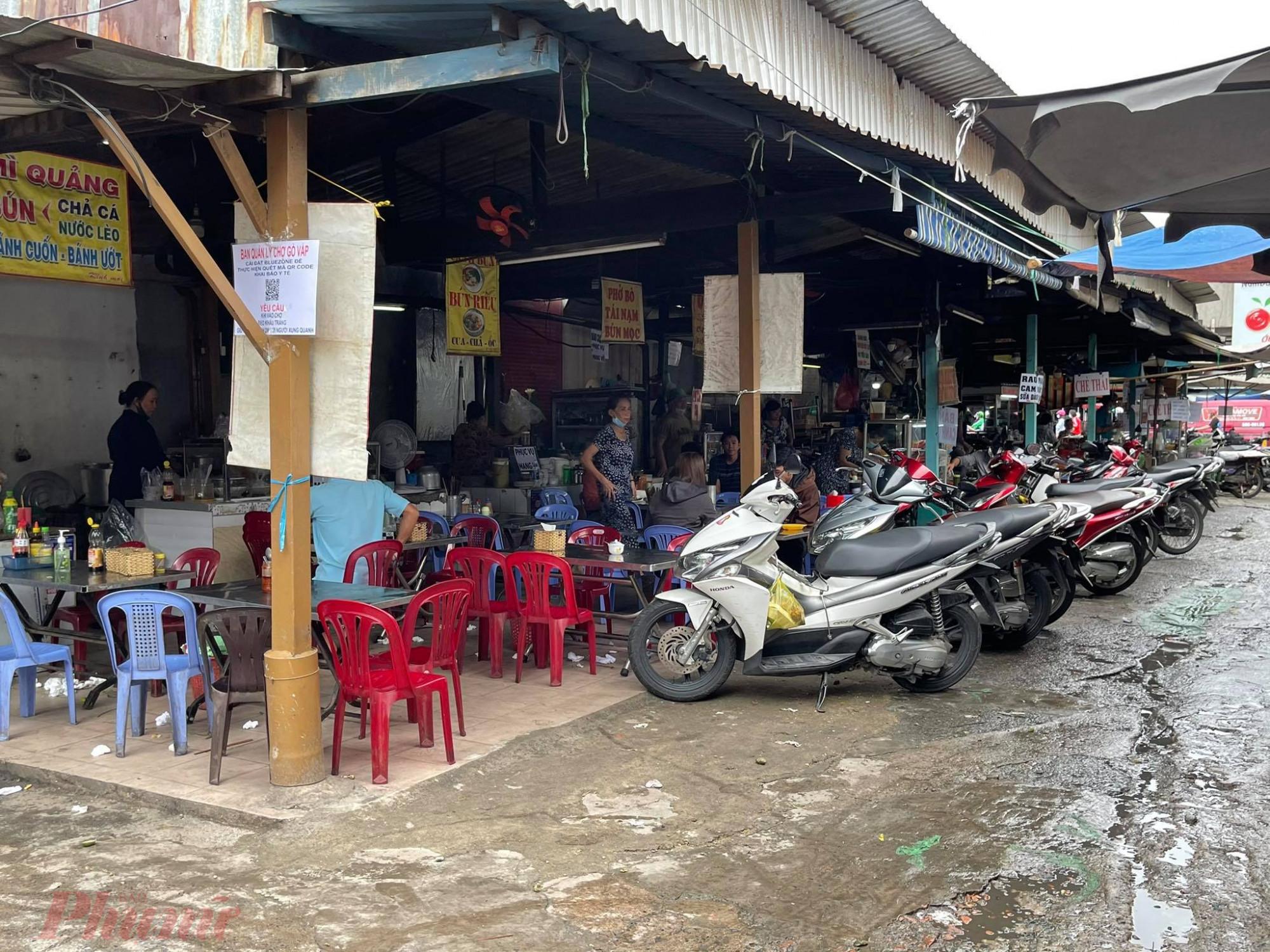 Khu vực ăn uống ở chợ Gò Vấp vẫn đông khách.