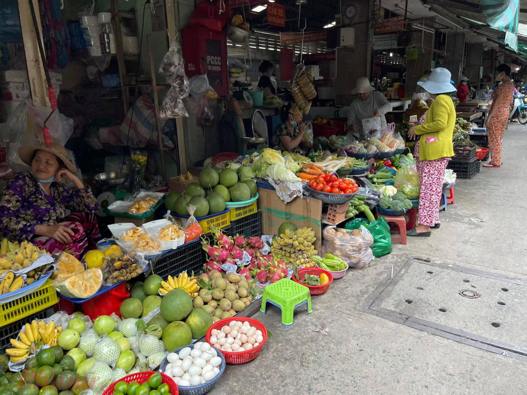 Nhiều tiểu thươn tại chợ Gò Vấp (Q.Gò Vấp, TP.HCM) không đeo khẩu trang đúng cách để phòng dịch COVID-19.