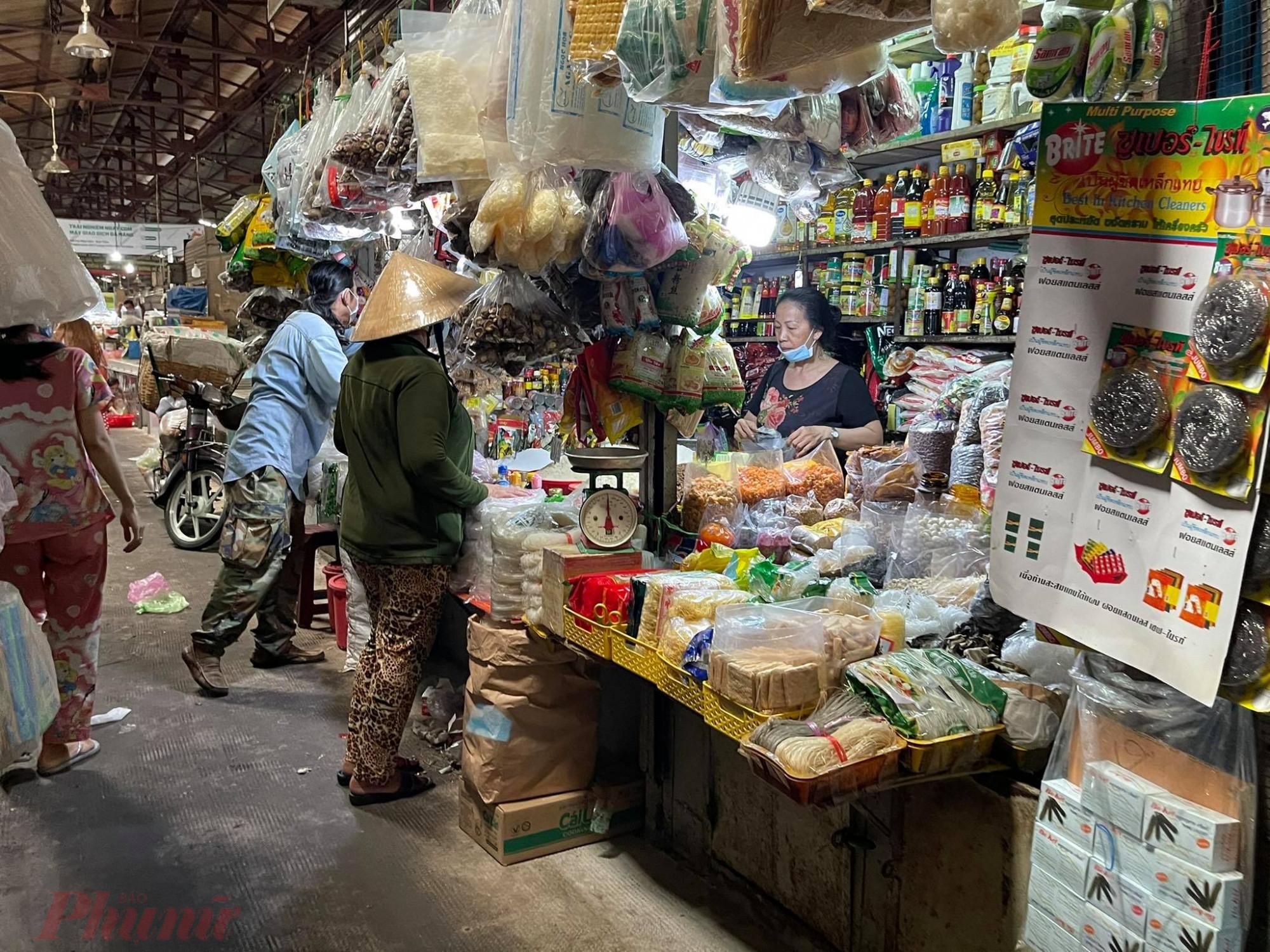 Với thiết kế đặc thù của chợ truyền thống, khó giãn cách 2m giữa khách với khách, người bán với người mua.
