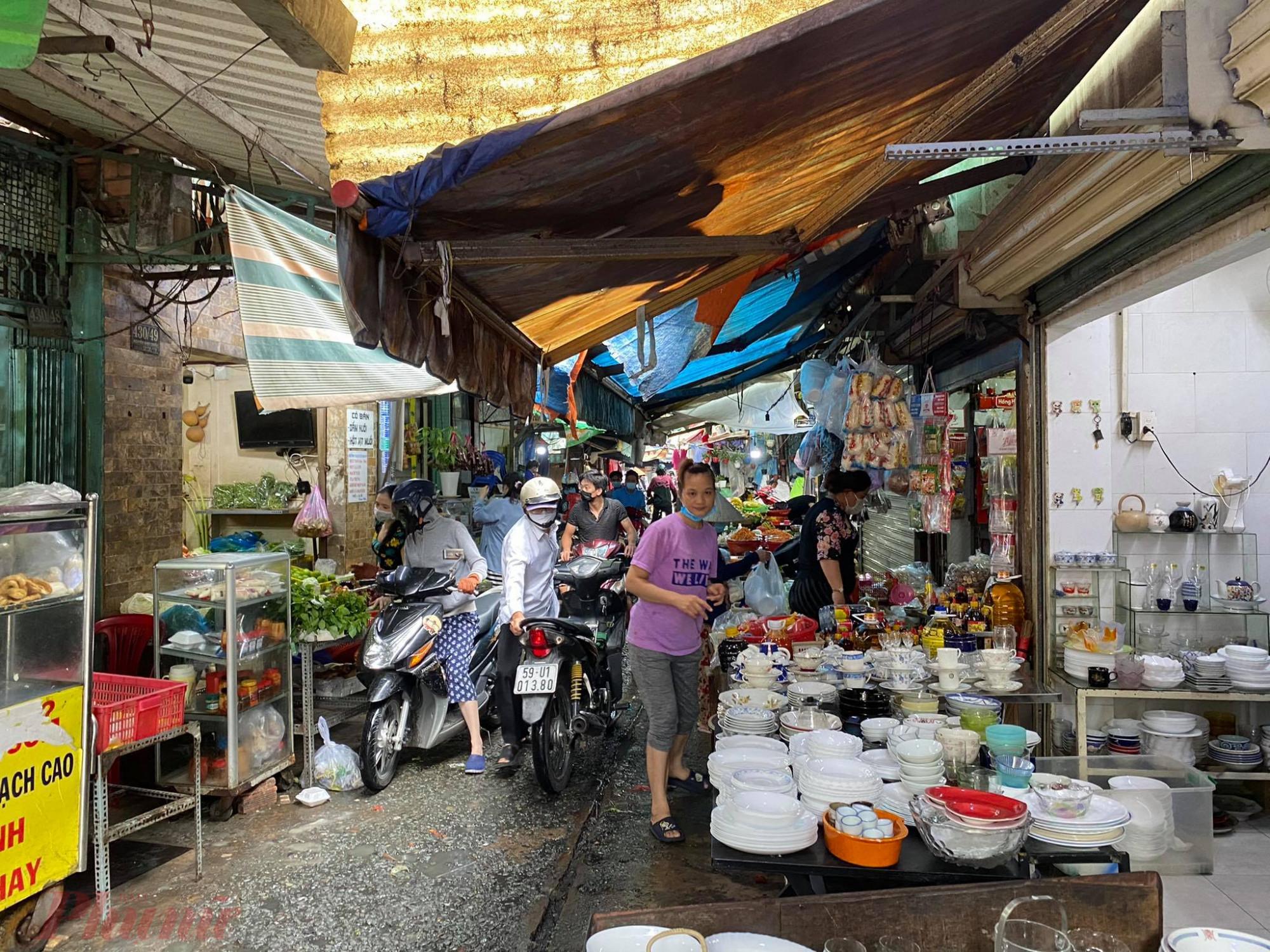 Tiểu thương tại chợ Vườn Chuối (Q.3) - khu vực từng có ca nhiễm dịch, vẫn lơ là phòng dịch, không đeo khẩu trang đúng cách.