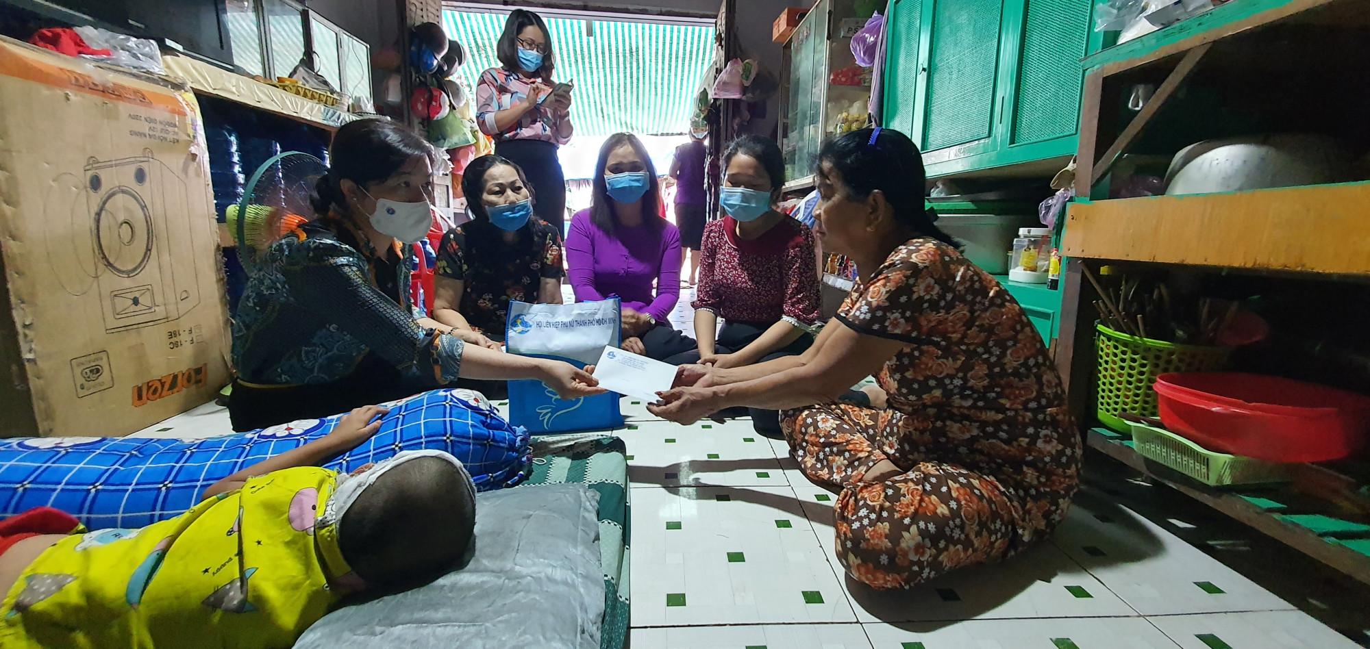 Hội LHPN TPHCM cùng với Luật sư Trần Thị Ngọc Nữ, Hội LHPN huyện Bình Chánh đến thăm gia đình.