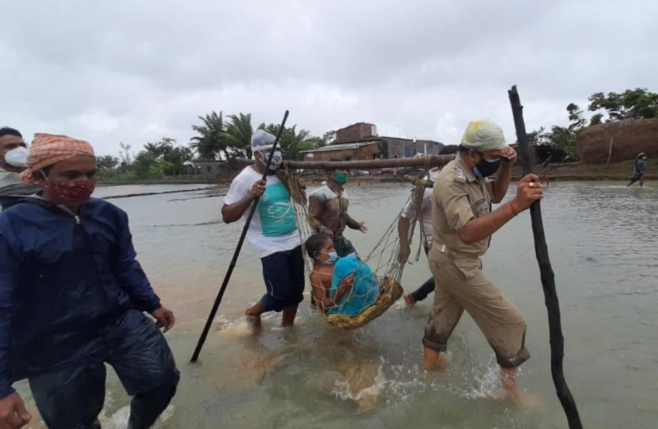 Các nhân viên cảnh sát giải cứu một phụ nữ bị thương ở Kendrapara, Odisha
