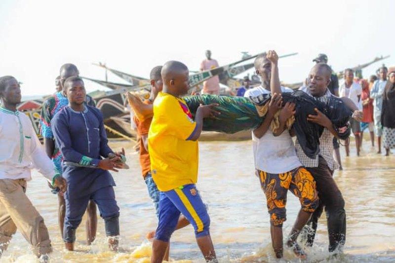 Lực lượng cứu hộ trục vớt nạn nhân trên chiếc thuyền gặp nạ. khi thuyền của họ bị chìm ở Kebbi, Nigeria