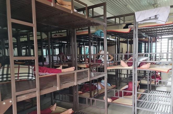 Học sinh ôn tập và ngủ giường tầng tại trường