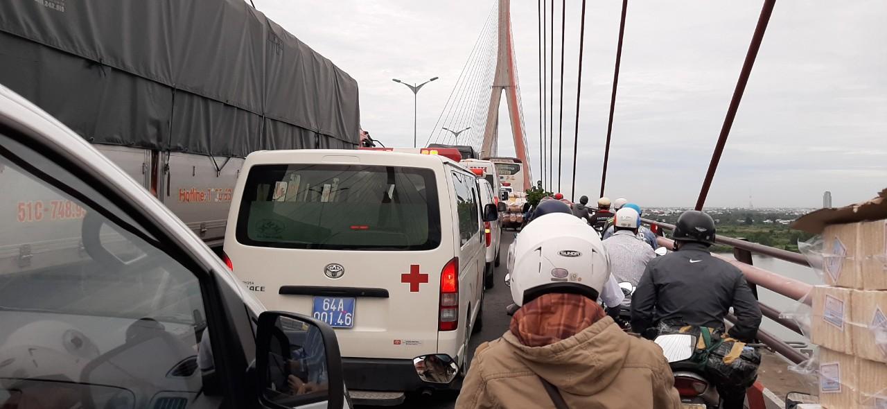Một chiếc xe cứu thương bất lực trên cầu