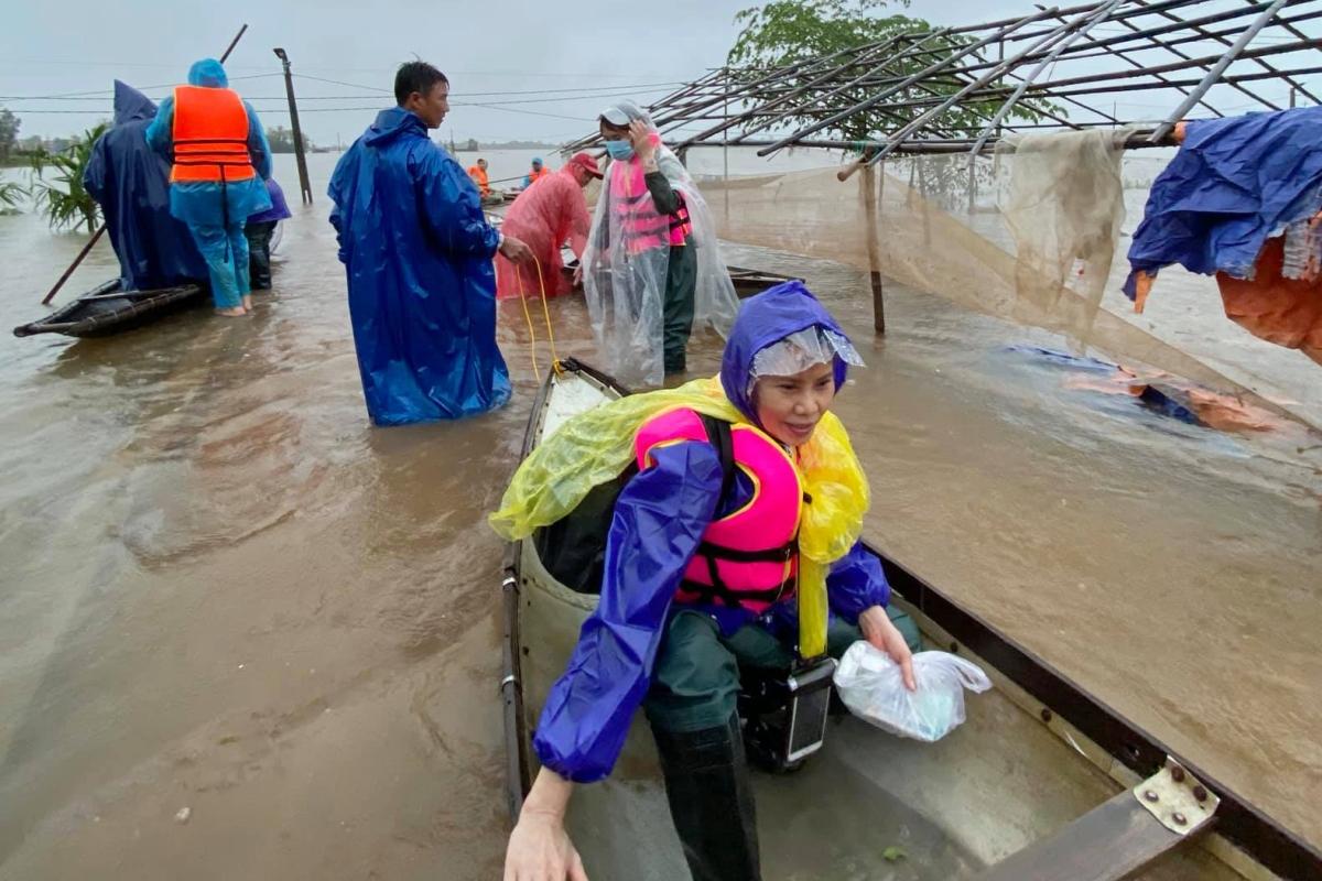 Bà Ngọc Hương - mẹ ruột ca sĩ Hồ Ngọc Hà đi từ thiện tại miền Trung vào mùa mưa năm ngoái.