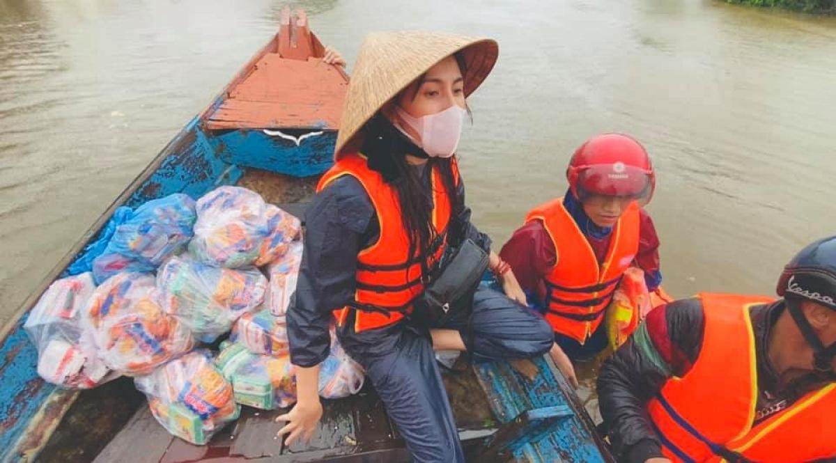Ca sĩ Thuỷ Tiên trong đợt cứu hộ người dân các tỉnh miền Trung chịu hậu quả nặng nề
