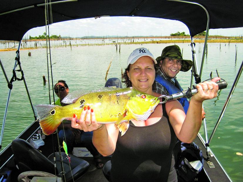 Câu cá trên hồ Brokopondo