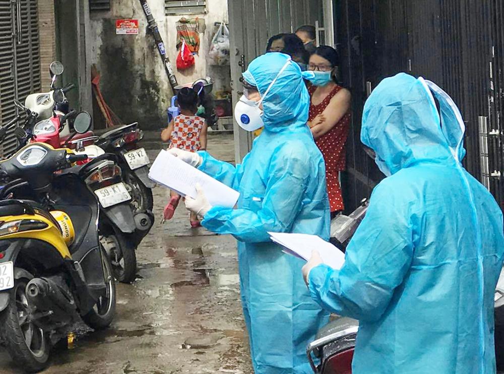 Lấy mẫu xét nghiệm vi-rút SARS-CoV-2 với người dân trong hẻm 1358/30 Quang Trung, P.14, Q.Gò Vấp - Ảnh: Phạm An