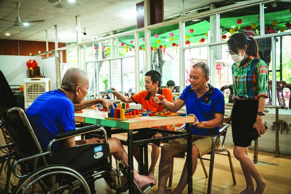 Những người già ở viện dưỡng lão sống vui nhờ có tri kỷ