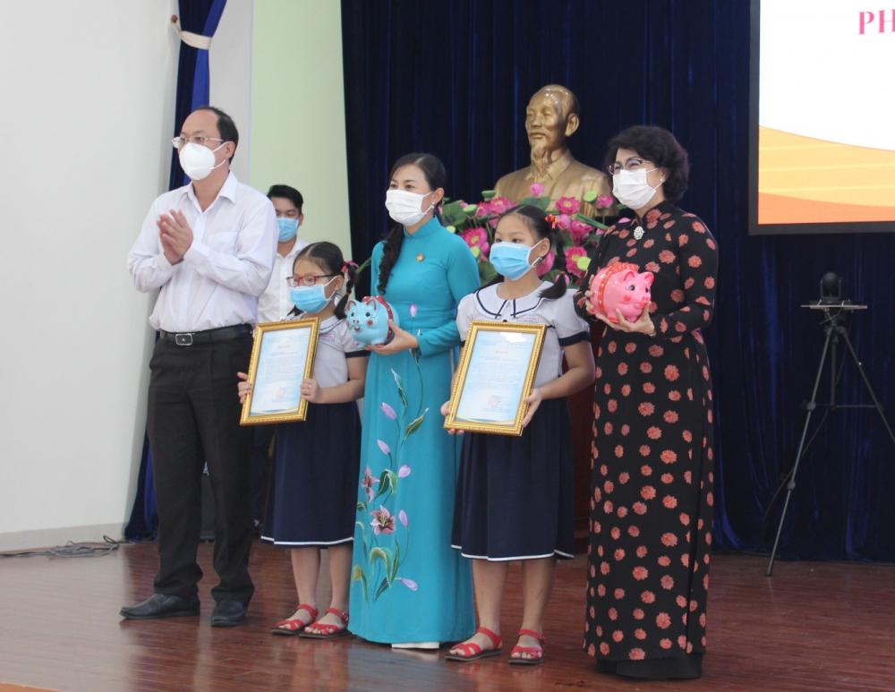 Hai em Dương Khánh Ngọc (sinh năm 2011) và Dương Khánh Hà (sinh năm 2012) ngụ tại phường 6, quận 8 trao 2 con heo đất tiết kiệm ủng hộ chương trình.