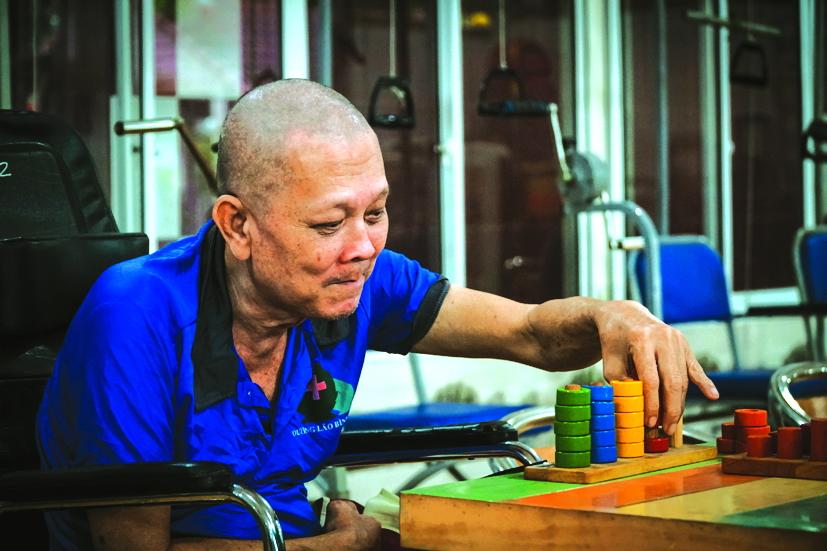 Các cụ ở viện dưỡng lão rất thích các trò chơi trí tuệ - Ảnh Tam Nguyên