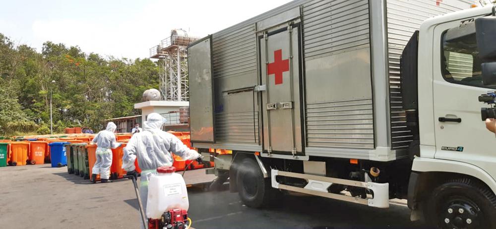 Mỗi chuyến xe vận chuyển chất thải từ các khu cách ly, phong tỏa đều được các công nhân Công ty TNHH MTV Môi trường đô thị TP.HCM khử trùng với quy trình nghiêm ngặt
