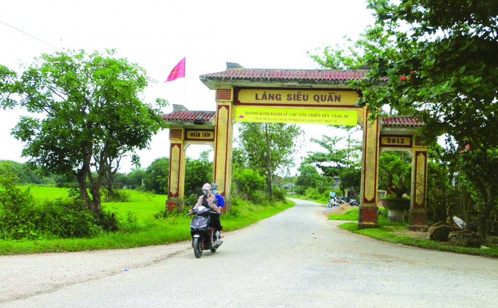 Cổng làng dẫn vào thôn Siêu Quần, xã Phong Bình, huyện Phong Điền, tỉnh Thừa Thiên - Huế