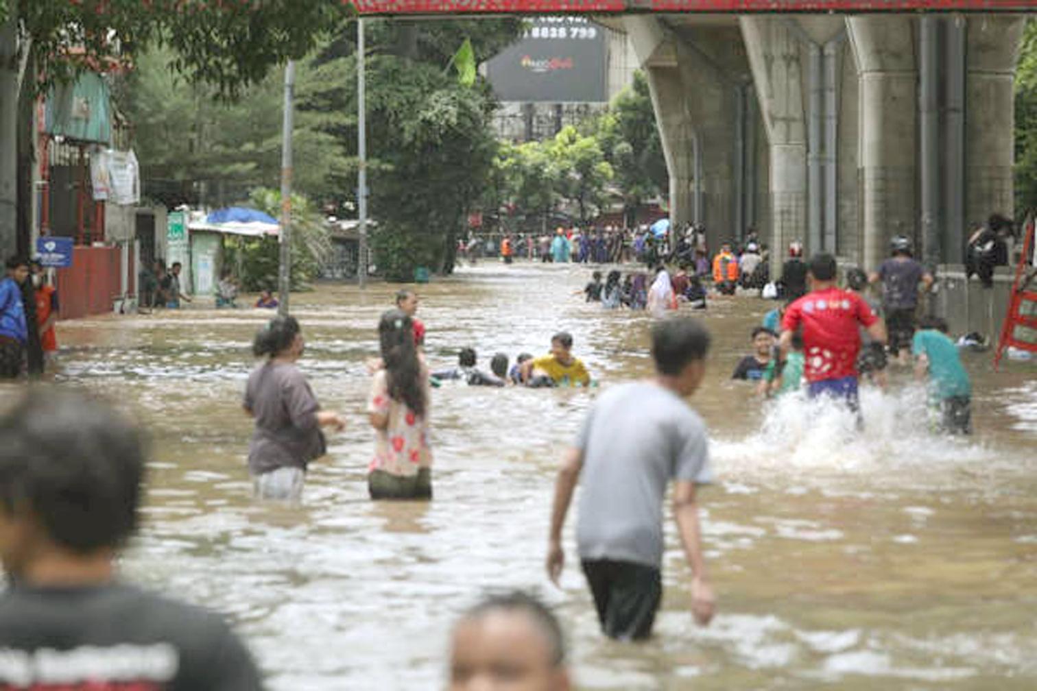 Trong số 100 đô thị của thế giới đang đối mặt với những thách thức  khủng khiếp nhất của môi trường, có đến 99 thành phố tại châu Á. Hình ảnh thành phố Jakarta, Indonesia trong trận lụt tháng 2/2021 - Ảnh: Getty Images