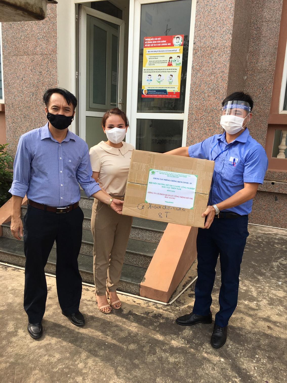 Trao tặng 10.000 khẩu trang y tế cho Công ty cổ phần Quản lý công trình đô thị Bắc Giang