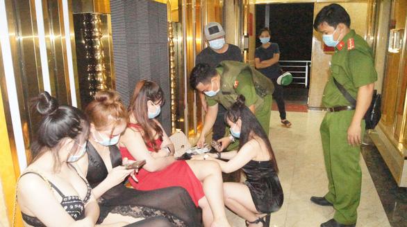 Quán karaoke 550 ở TP. Thuận An đón 95 khách hát chui, có đến 13 người dương tính với ma tuý