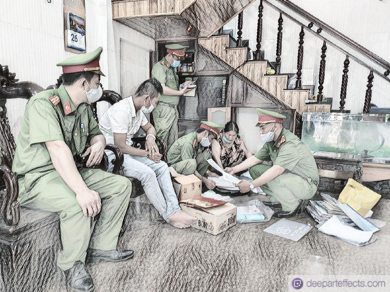 Cơ quan công an khám xét, thu hồi tang vật tại nơi ở các đối tượng