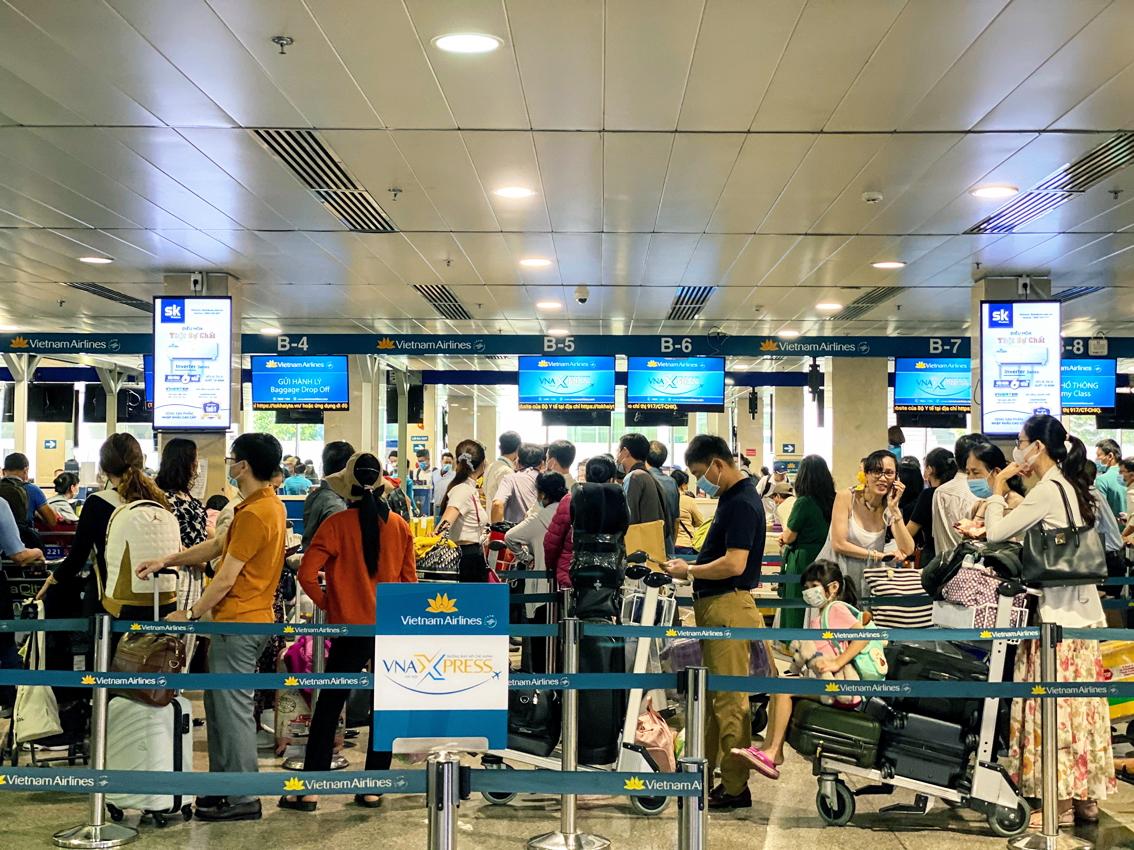 Khách hàng không hài lòng với việc các hãng hàng không thông báo khuyến mãi giảm giá vé nhưng lại tăng các khoản thu khác - Ảnh: Q.Thái