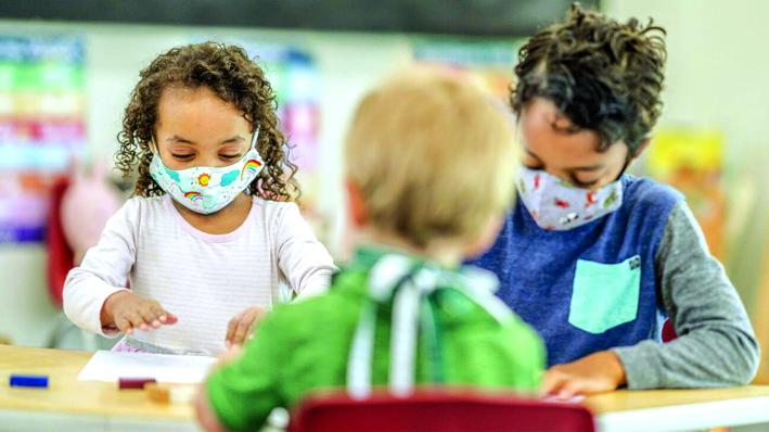 Việc bị tách khỏi môi trường học tập,  sinh hoạt tập thể quen thuộc có thể  khiến trẻ gặp vấn đề về tâm lý