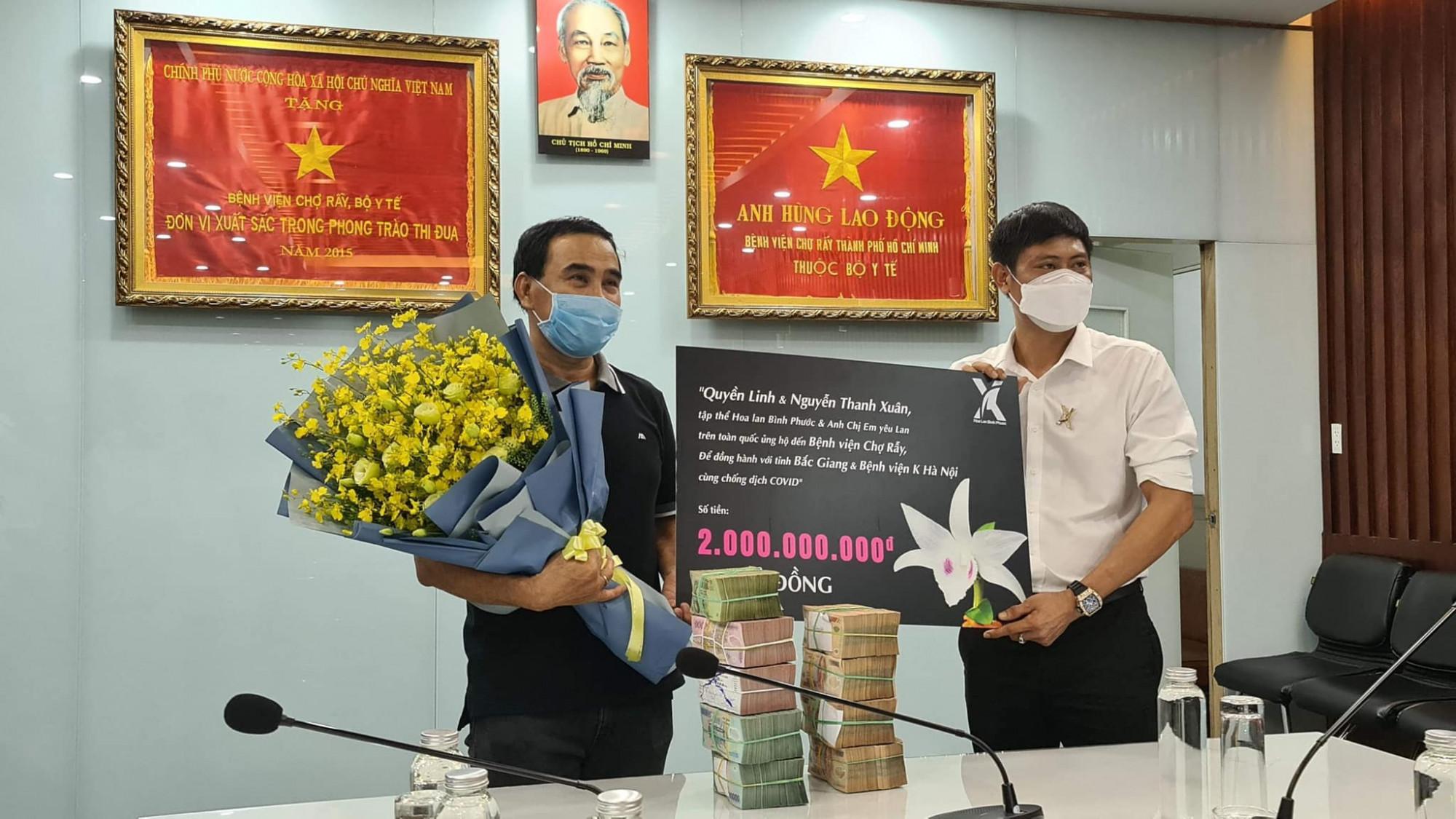 MC Quyền Linh đại diện trao số tiền 2 tỷ đồng cho Bệnh viện Chợ Rẫy.