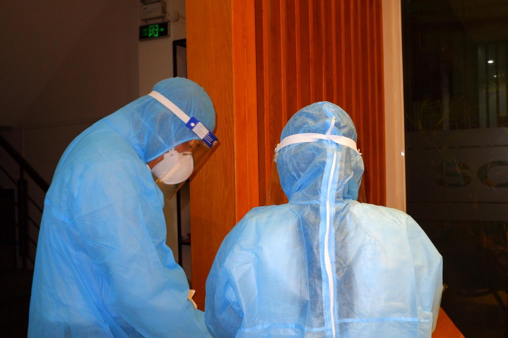 Nhân viên y tế chuẩn bị lấy mẫu xét nghiệm cho người nghi nhiễm